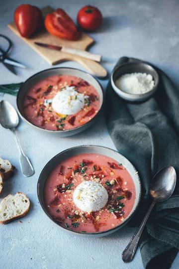Rezept Kalte Tomatensuppe Salmorejo Style mit Burrata, Mandeln und Serranoschinken