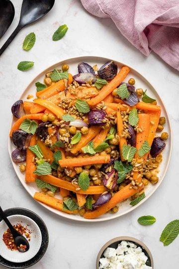 Rezept Karotten im Ofen mit Kichererbsen, Roten Zwiebeln & Minze
