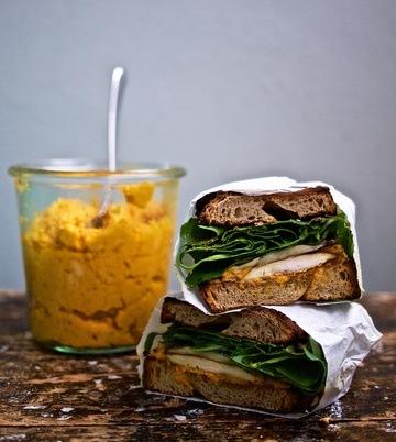 Rezept Karotten-Ingwer-Hummus auf einem Hähnchen-Pilz-Sandwich