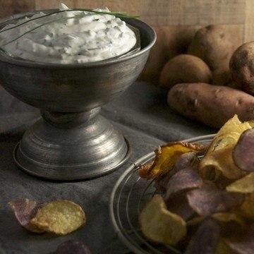 Rezept Kartoffelchips und Dip mit frischem wilden Schnittlauch
