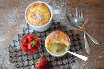 Rezept Kartoffelsoufflé mit marinierten Erdbeeren & Tonkabohneneis