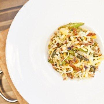 Rezept Käse-Spargel-Salat mit Zucchini und Pinienkernen