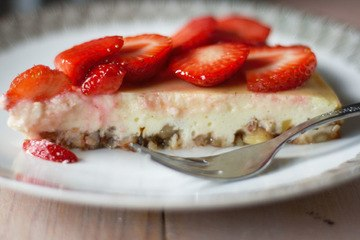 Rezept Käsekuchen mit Erdbeeren, Holunderblütensirup und Mandelboden
