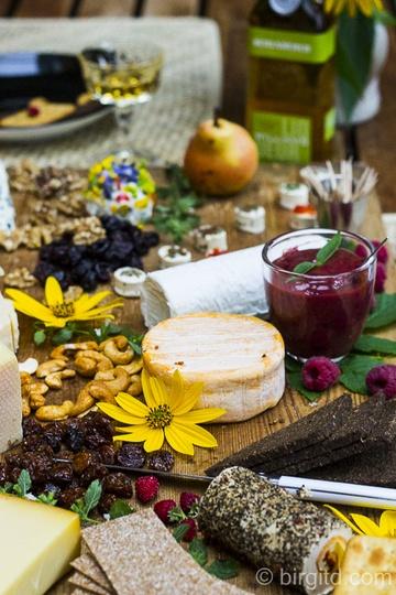 Rezept Käseplatte mit Himbeersenf und Birnen-Chutney für ein geselliges Beisammensein mit Freunden