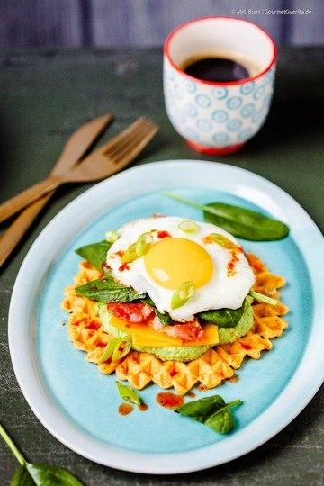 Rezept (Kater) Kater-Frühstück de luxe: Kimchi-Waffeln mit Erbsenhummus, Bacon, Spinat und Spiegelei