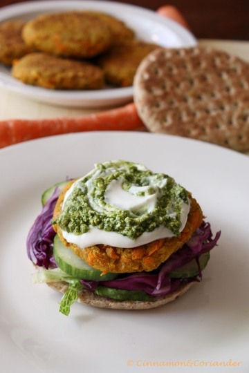 Rezept Kichererbsen Karotten Burger mit Erdnuss Koriander Pesto