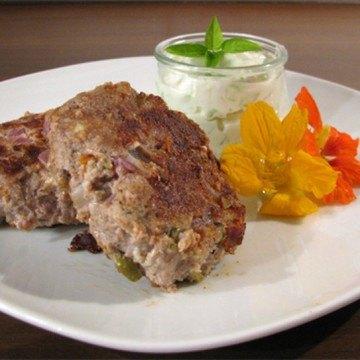 Rezept Kleine Oliven-Schafskäse-Hacksteaks mit Tzatziki