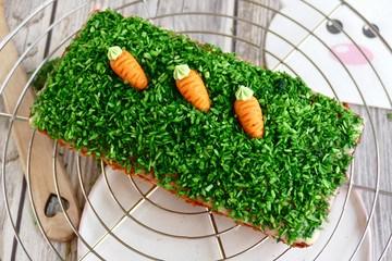 Rezept Kleiner Orangen-Möhrenkuchen mit einfacher Osterdekoration