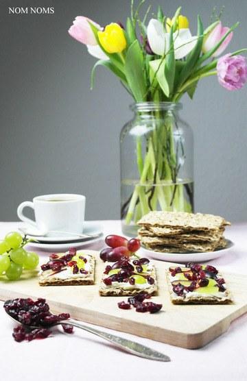 Rezept Knäckebrot im Ziegenfrischkäse, Weintrauben und Cranberries