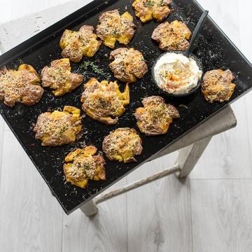 Rezept Knusprige Quetschkartoffeln mit Parmesan Thymian Kruste und einem Knoblauch Créme Fraiche Dip