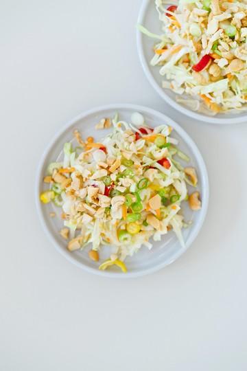 Rezept Krautsalat mit Spitzkohl, Kohlrabi, Cashews, Chili und Thai-Dressing