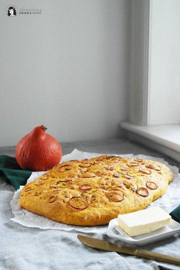 Rezept Kürbis Focaccia mit Rosmarin, Meersalz und roten Zwiebeln