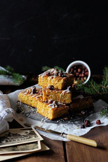 Rezept Kürbis-Karotten Gewürzkuchen mit gerösteten Haselnüssen und Ahorn Glasur