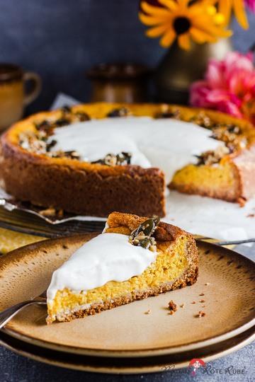 Rezept Kürbiskuchen mit Nusskrokant und saure Zimt-Sahne