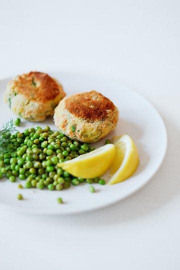 Rezept Lachs-Kartoffel-Frikadellen und Erbsensalat mit Zitronendressing