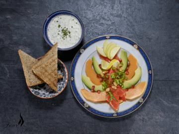 Rezept Lachs-Melonen-Carpaccio mit Avocado und Kräuter Crème Fraîche