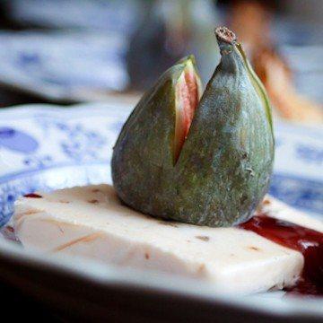 Rezept Lebkuchenparfait mit Feigen, Rotweinsauce und Nougat-Strudel