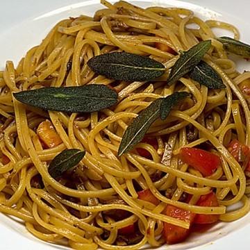 Rezept Linguine con salsa di funghi, pomodori freschi e salvia arrosta