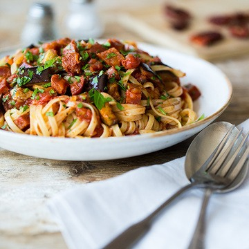 Rezept Linguine mit gegrillter Aubergine, Chili und Chorizo