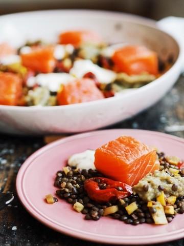 Rezept Linsensalat mit gebeizten Lachs, confierten Tomaten und Auberginendip