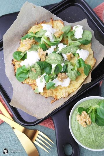 Rezept Low Carb Blumenkohl-Pizza mit Feldsalat-Pesto und Burrata