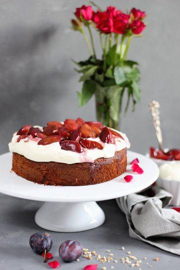 Rezept Mandelkuchen mit Zimtcreme und karamellisierten Rotweinpflaumen