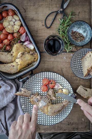 Rezept mediterrane perlhuhnkeulen, gerösteter knoblauch und confierte tomaten aus dem ofen