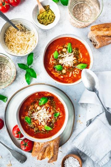 Rezept Mediterrane Risoni-Tomatensuppe mit Kichererbsen und Basilikumpesto