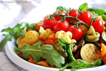 Rezept Mediterraner Tricolore Nudelsalat mit Zucchini & Rucola