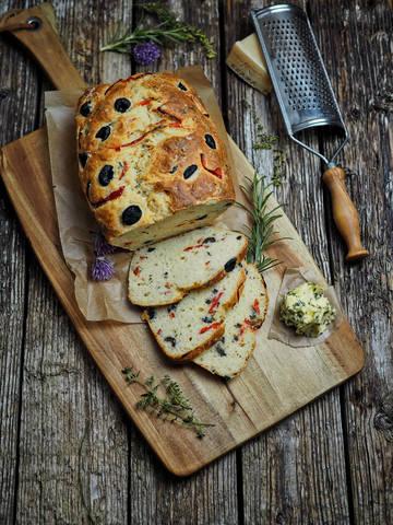 Rezept Mediterranes Oliven-Parmesan-Brot für gesellige Grillabende & Partyeinladungen