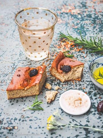 Rezept Mediterranes Slow Carb Focaccia mit Oliven und Rosmarin