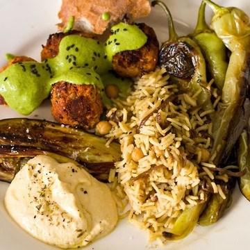 Rezept Mezze mit roten Linsenbällchen, Vadouvan-Reis, Hummus, Aubeginen und Spitzpaprika