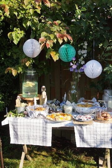Rezept Midsommar: eingelegtem Lachs, Hering, Basilikum-Matjes, Brathähnchensalat, Blaubeer-und Kardamonschnecken, knusprigen Lachsschnecken, Holunderblütensirup und -likör