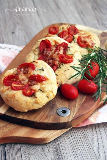 Rezept Mini-Focaccia mit Tomaten, Kräutern und Parmesan