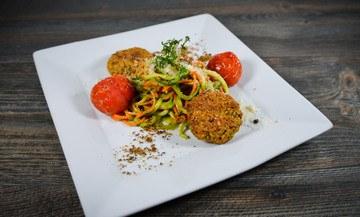 Rezept Mini – Vegiburger auf Gemüsepasta mitRucola-Pesto