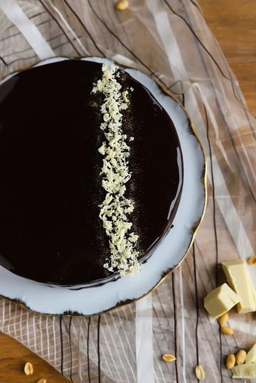 Rezept Mirror-Glaze-Torte mit Schokolade und Erdnuss-Karamell