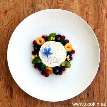 Rezept Mohn-Marzipan-Panna Cotta mit spätsommerlichen Früchten, Pflaumen-Gel und Mandel-Creme