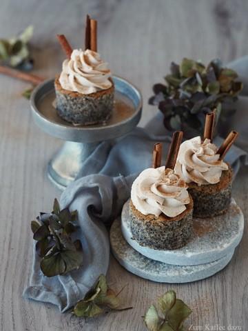 Rezept Mohn-Törtchen mit Pflaume und Zimt-Mousse
