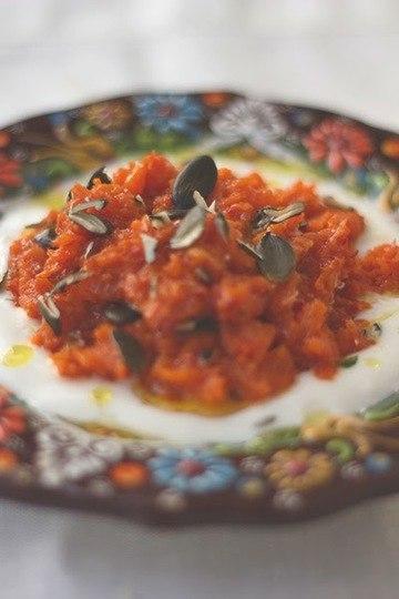 Rezept Möhrenpaste mit Harissa, Joghurt und Kürbiskernen