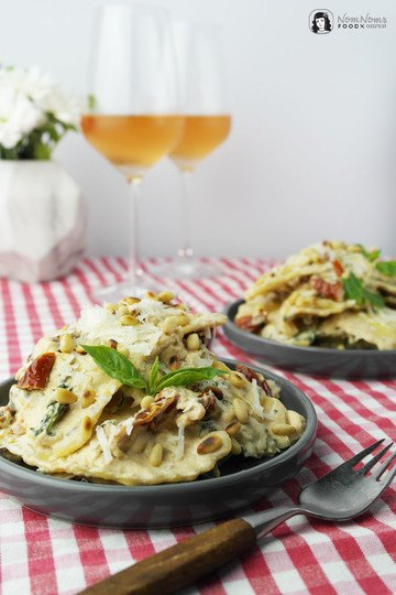 Rezept Mozzarella-Mezzelune Pasta mit getrockneten Tomaten in Ricotta-Basilikum-Soße