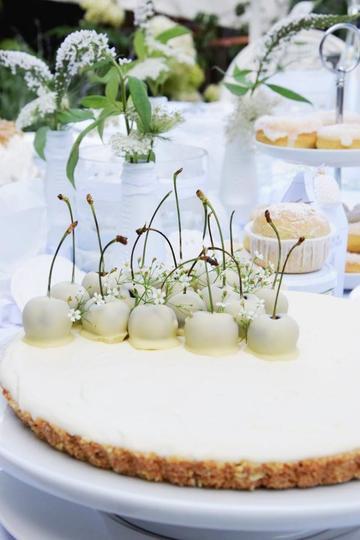 Rezept No Bake White Chocolate Cheesecake mit Cantuccini-Boden und weißen Kirschen