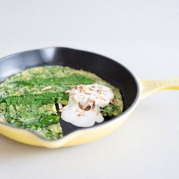 Rezept Ofen-Frittata mit Bärlauch, Saurer Sahne und Mandeln