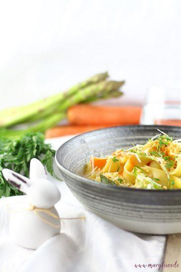 Rezept One-Pot-Karotten-Pasta mit grünem Spargel & Haselnüssen