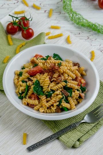 Rezept One Pot Pasta mit Speck, getrockneten Tomaten und Spinat