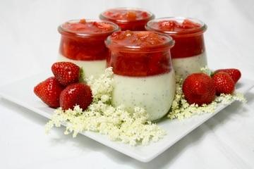 Rezept Panna cotta mit Mohn und Rhabarber-Erdbeerkompott