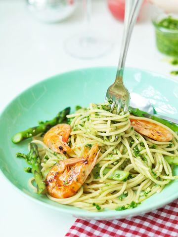 Rezept Pasta mit Bärlauch-Pesto, grünem Spargel & Garnelen