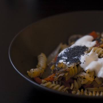 Rezept Pasta mit Gemüsestreifen, Mohn und Quarkcreme