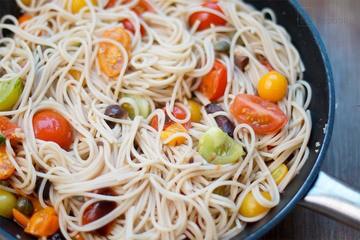Rezept Pasta mit Heirloom Tomaten, Sardellen, Kapern und Oliven
