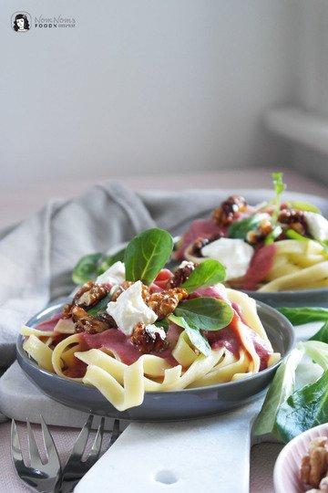 Rezept Pasta mit Rote-Bete-Ziegenkäse-Sauce, karamellisierten Walnüssen und Feldsalat