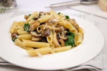 Rezept Pasta mit Spinat, Pilzen und frischen Kräutern in Gorgonzola-Soße